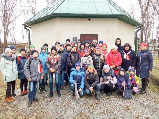 Dzieci ze Sławuty na polskim cmentarzu