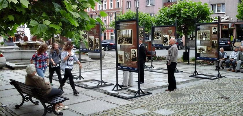 """Wystawa """"Ostatni Obrońcy Kresów Wschodnich – Polskie Podziemie Niepodległościowe na Kresach po 1944 roku"""" na rynku w Strzegomiu"""