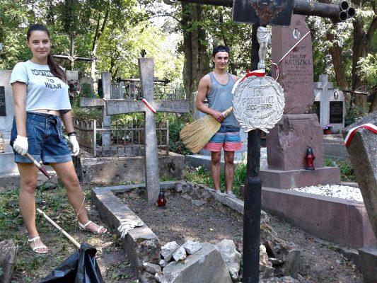 Świąteczne porządki na polskich cmentarzach wojennych na Ukrainie