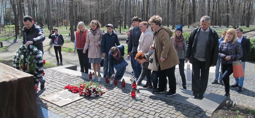 Uczniowie z połtawszczyzny na cmentarzu w Piatichatkach