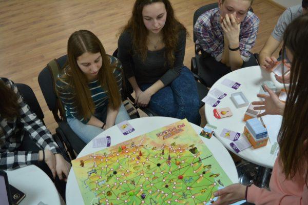 Gry planszowe w rękach wolontariuszy Centrum w Iwano-Frankiwsku